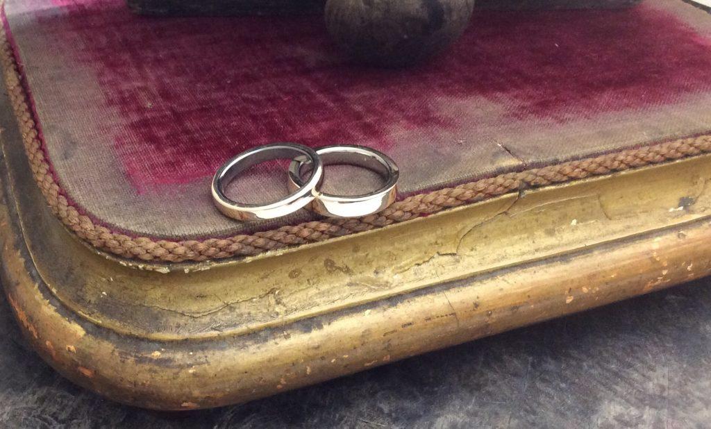 左タンタル 右チタンの結婚指輪